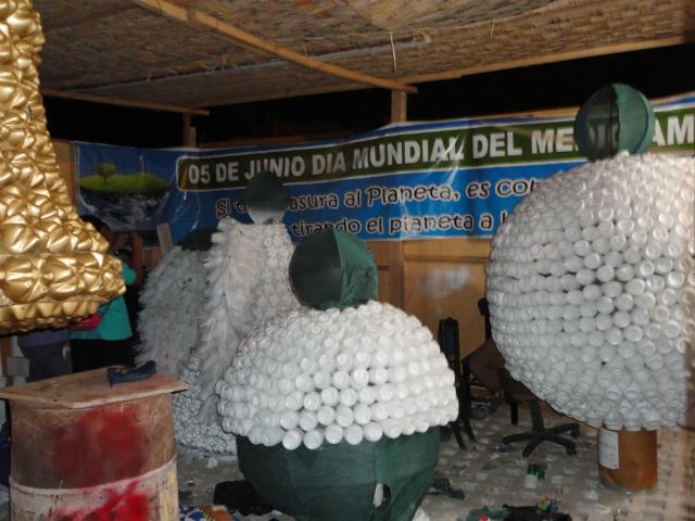 Plaza de armas luce espectacular con adornos navide os for Adornos navidenos hechos con reciclaje